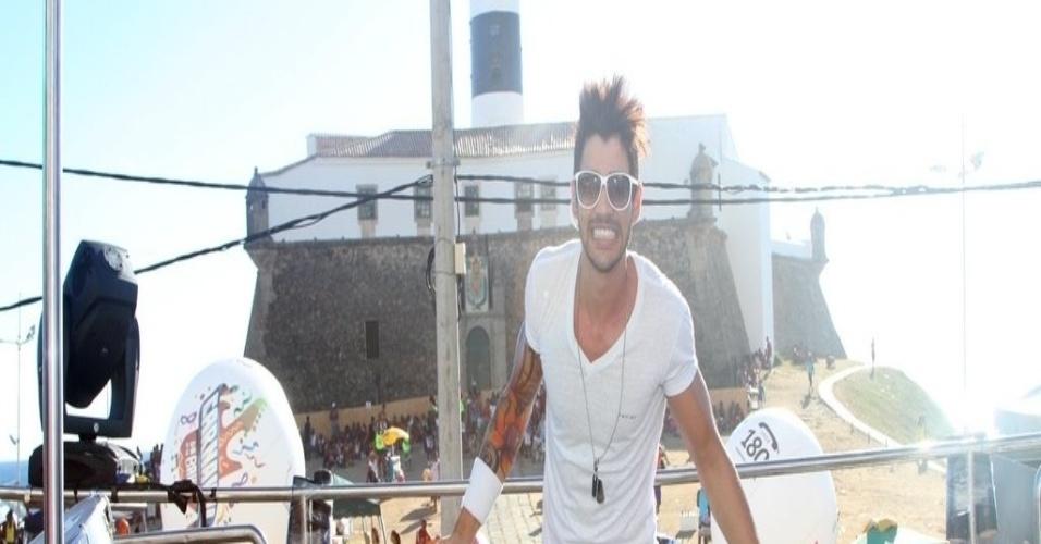 12.fev.2013 - Fãs acompanham show de Gusttavo Lima no circuito Barra-Ondina, em Salvador