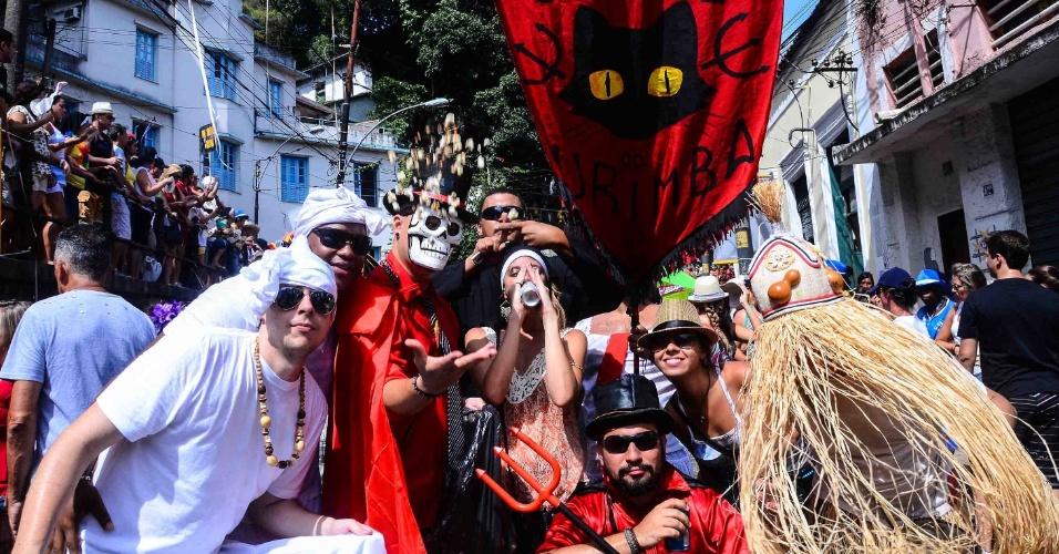 12.fev.2013 - Foliões fantasiados brincam no bloco das Carmelitas, em Santa Teresa, no Rio