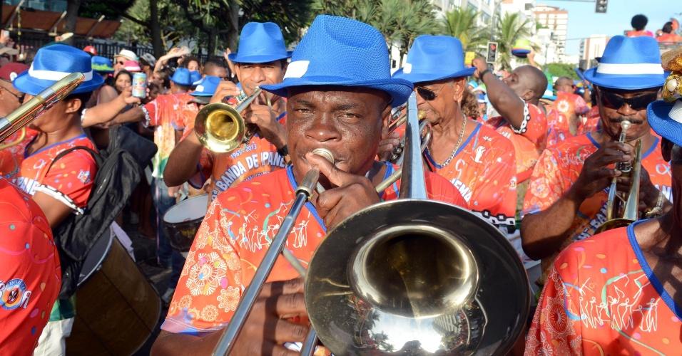 12.fev.2013 - Foliões se divertem com o desfile do bloco Banda de Ipanema, que se concentrou na Praça General Osório e seguiu pela Avenida Vieira Souto, no Rio de Janeiro