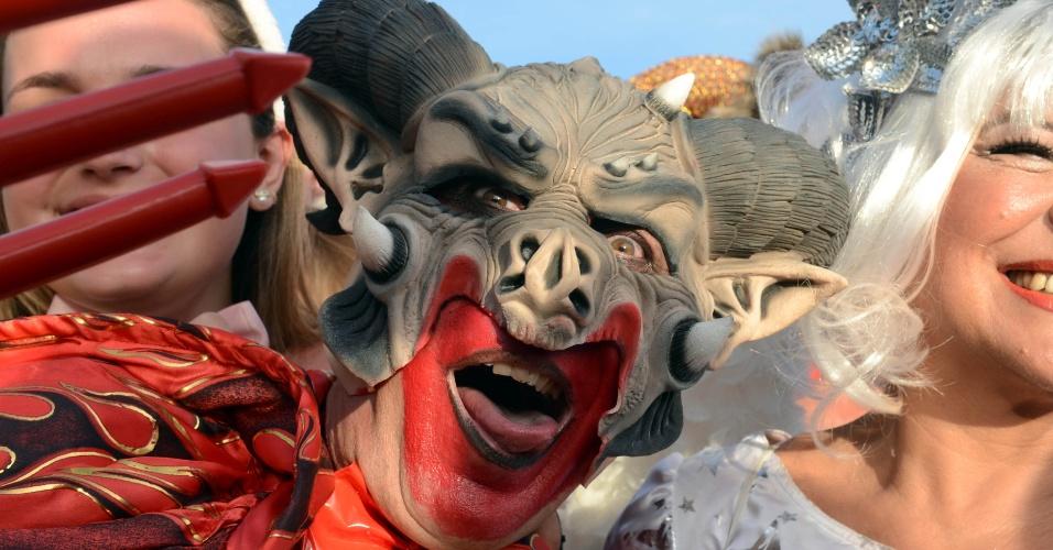 12.fev.2013 - Foliões se divertem no desfile do bloco Banda de Ipanema, que se concentrou na Praça General Osório e seguiu pela Avenida Vieira Souto, no Rio de Janeiro