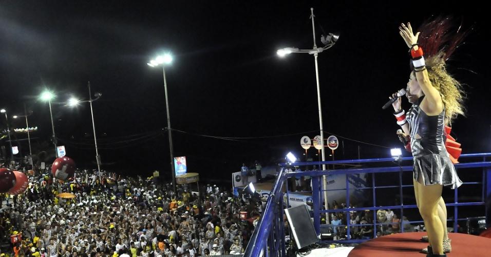 12.fev.2013 - Gaby Amarantos faz participação especial no trio elétrico de Daniela Mercury no circuito Barra- Ondina, em Salvador
