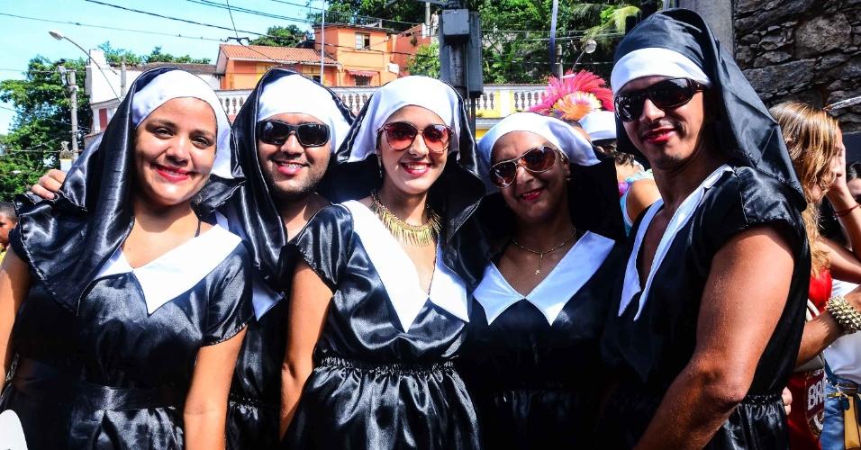12.fev.2013 - Grupo fantasiado de freiras entra no clima do Carnaval no bloco das Carmelitas, em Santa Teresa, no Rio
