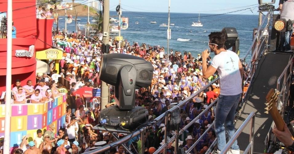 12.fev.2013 - Gusttavo Lima canta para fãs no circuto Barra-Ondina, em Salvador