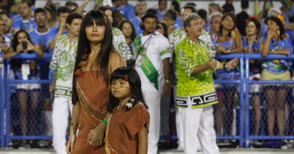 """12.fev.2013 - A indiazinha Wiranu Tembé, atriz do filme """"Tainá - A Origem"""", participou do desfile da Imperatriz Leopoldinense, que homenageou o Pará"""