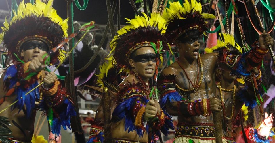 12.fev.2013 - Índios da região amazônica são representados em ala da Imperatriz Leopoldina. Escola conta a história do estado na Sapucaí, Rio de Janeiro.