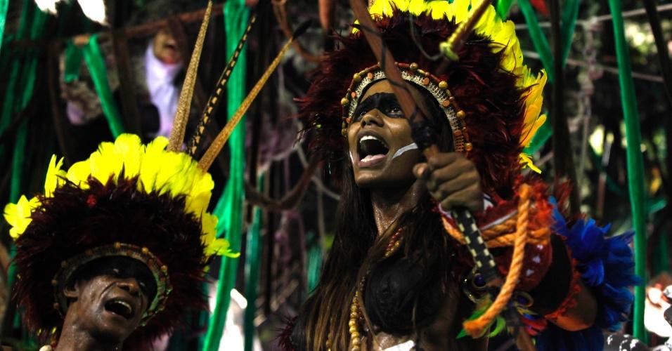 12.fev.2013 - Índios da região amazônica são representados em setor da Imperatriz Leopoldina. Escola conta a história do estado na Sapucaí, Rio de Janeiro.