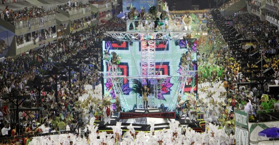 """12.fev.2013 - Inspirado nas pickups dos DJs de Belém, o sexto carro alegórico da Imperatriz, """"Pará Tecnoshow"""", lavou o nome da primeira banda da cantora Gaby Amarantos, que foi o destaque da alegoria, e trouxe bailarinos dançando o treme-treme, ritmo que virou febre no Pará"""
