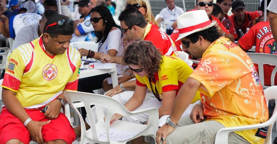 12.fev.2013 - Integrantes da Tom Maior acompanham apuração na tarde de terça, no Anhembi