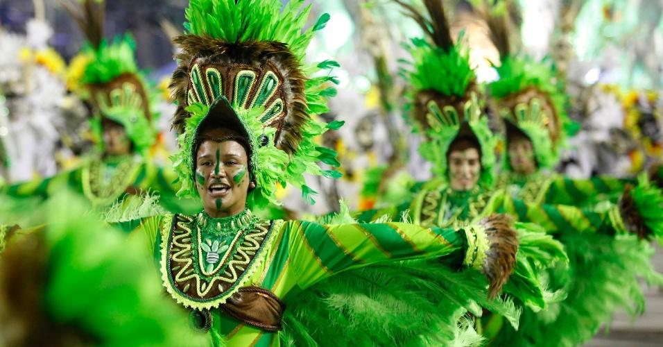 12.fev.2013 - Integrantes usam fantasias que representam a natureza amazônica. Imperatriz Leopoldinense fala sobre a história do Pará, terra do 'tecnobrega'.
