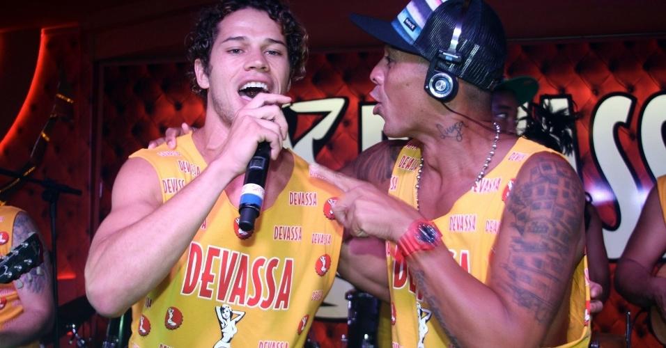 12.fev.2013 - José Loreto dá canja em show de Leandro Sapucahy no Camarote Devassa