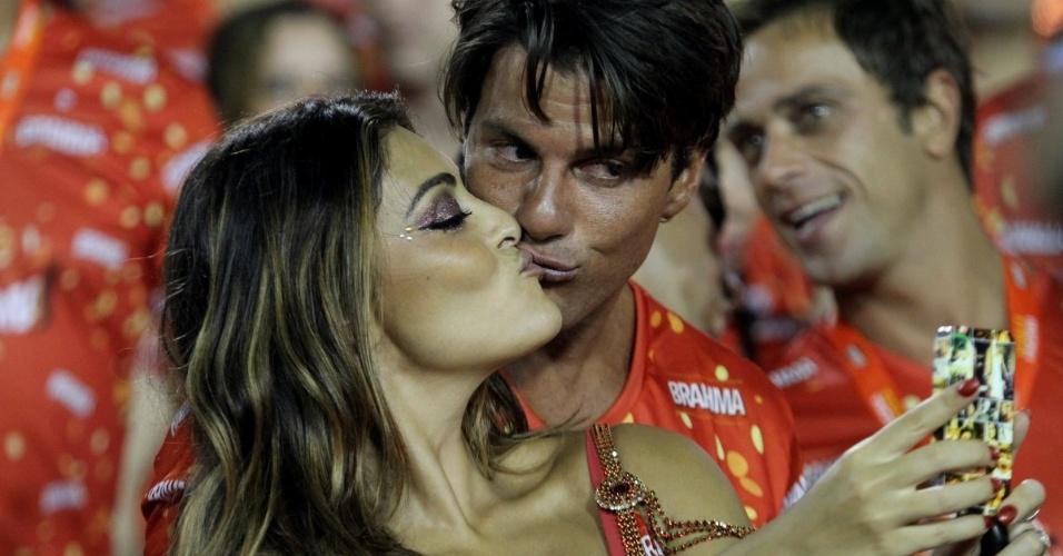 12.fev.2013 - Juliana Paes tira foto no celular de  beijo com o marido
