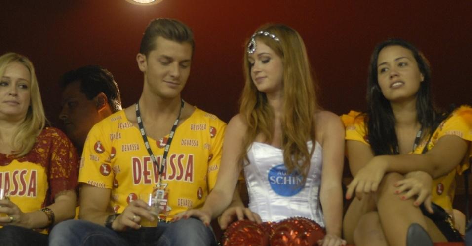 12.fev.2013 - Kléber Toledo e Marina Ruy Barbosa curtem os desfiles do damarote Devassa