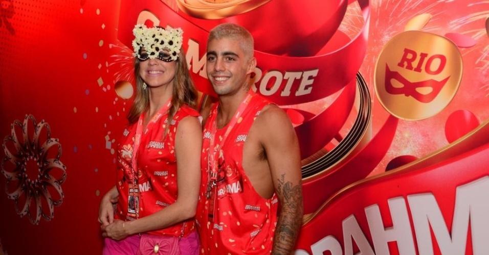 12.fev.2013 - Luana Piovani e Pedro Scooby posam para fotos no camarote Brahma