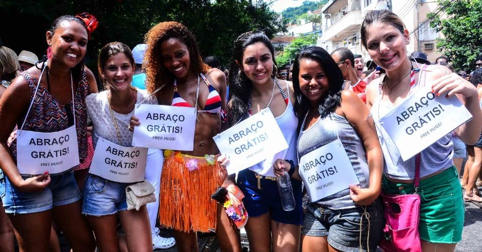 12.fev.2013 - Meninas oferecem abraço grátis no bloco das Carmelitas, em Santa Teresa, no Rio