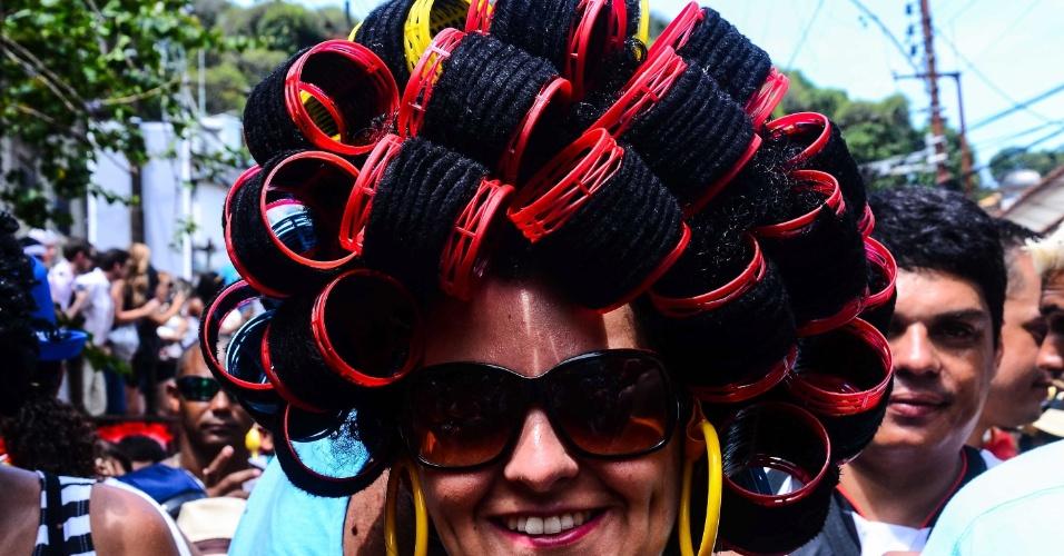 12.fev.2013 - Mulher com vários bobs no cabelo participa de bloco das Carmelitas, em Santa Teresa, no Rio