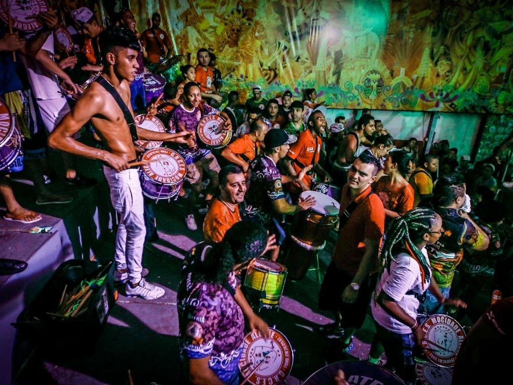 12.fev.2013 - Na quadra da agremiação, integrantes da Mocidade Alegre comemoram o bicampeonato