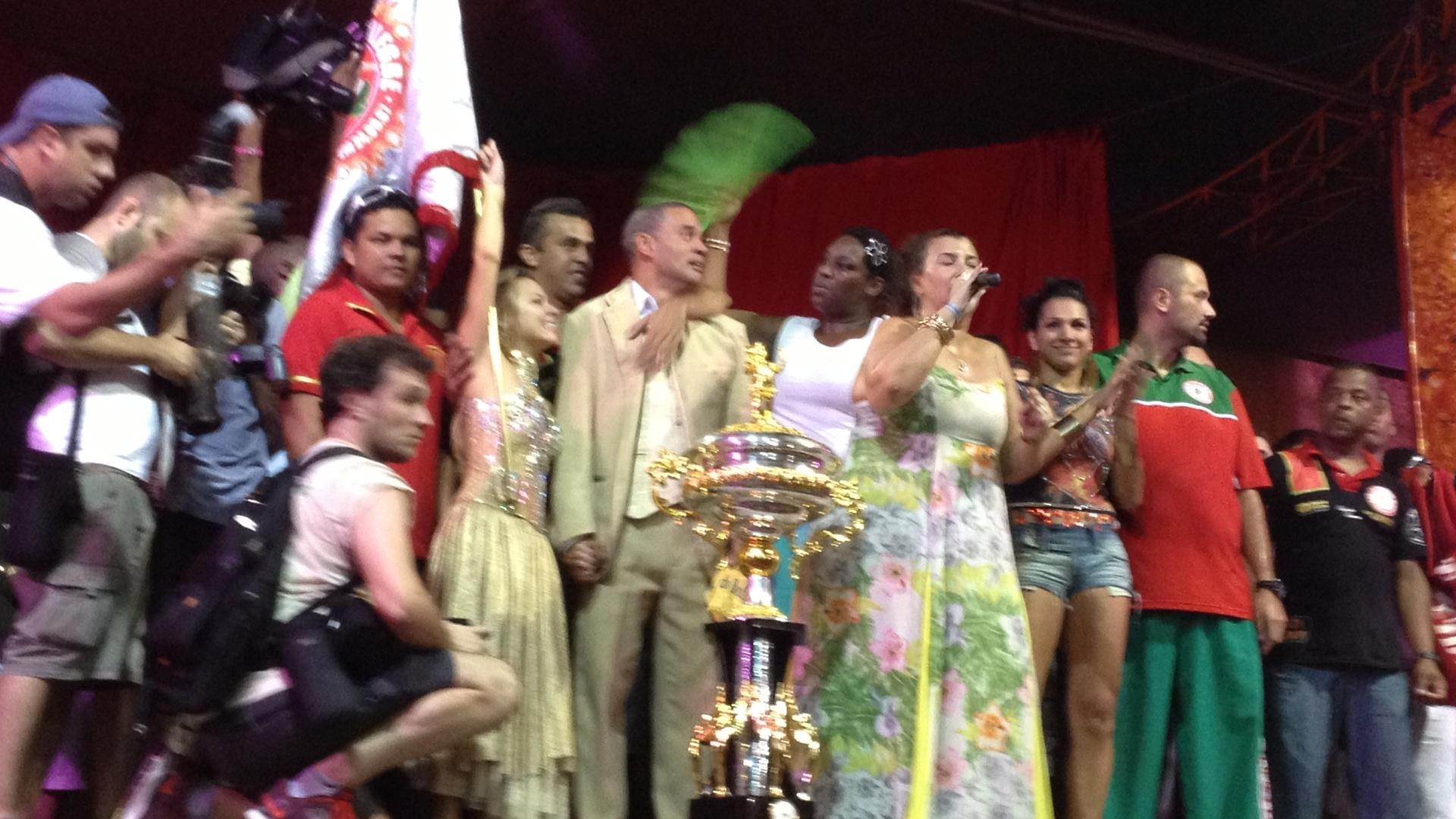12.fev.2013 - Na quadra da Mocidade Alegre, a presidente Solange Bichara comemora o bicampeonato