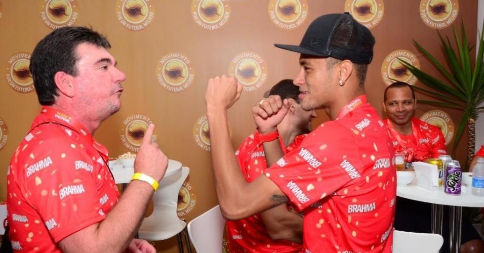 12.fev.2013 - Neymar brinca com amigo em camarote