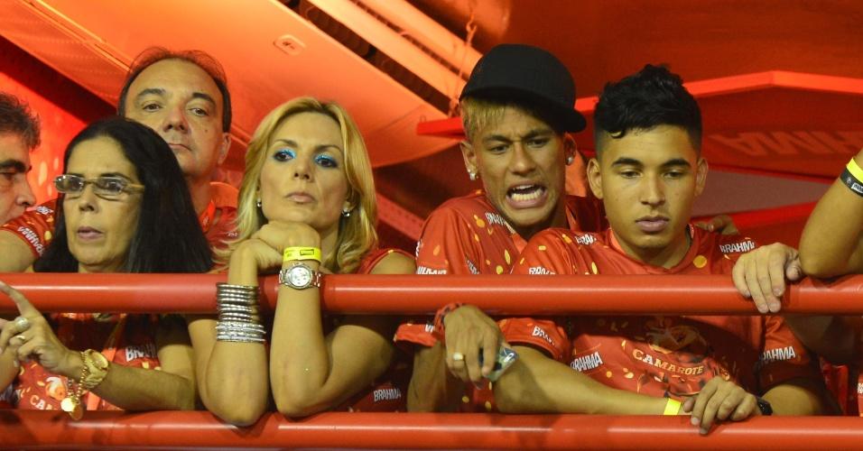 12.fev.2013 - Neymar se espreme entre os convidados do camarote Brahma para ver os desfiles