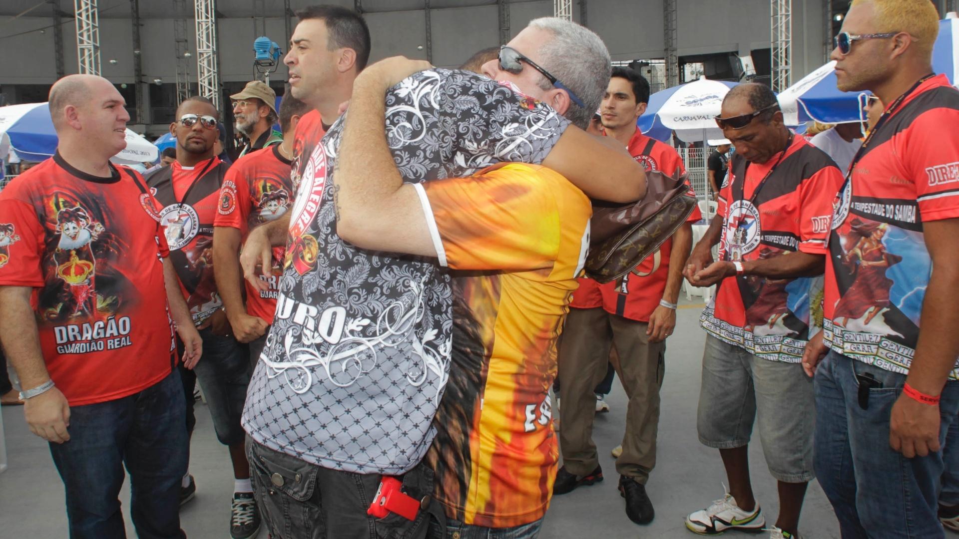 12.fev.2013 - No Anhembi, integrantes da Mocidade Alegre comemoram o bicampeonato