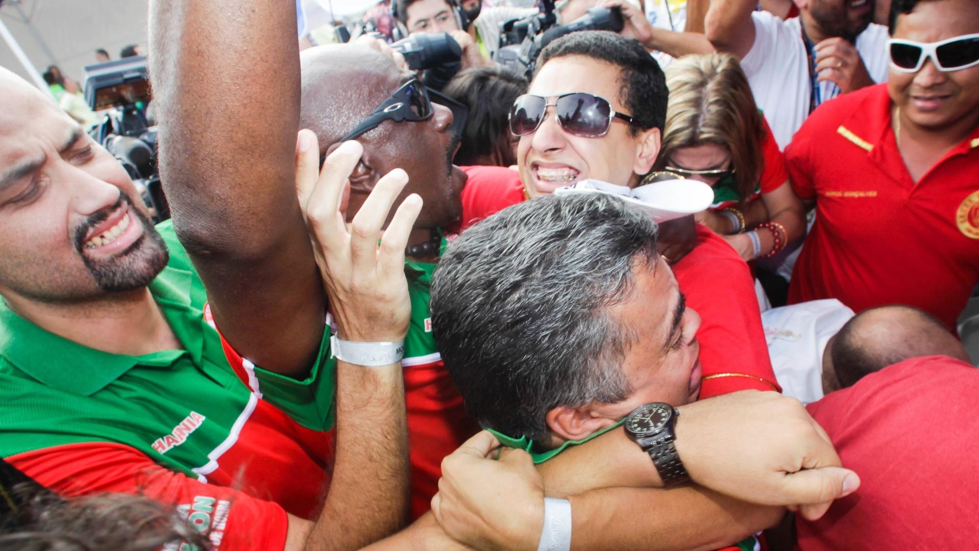 12.fev.2013 - No Anhembi, a presidente da Mocidade Alegre, Solange Bichara, é rodeada de jornalistas após o anúncio do bicampeonato da escola
