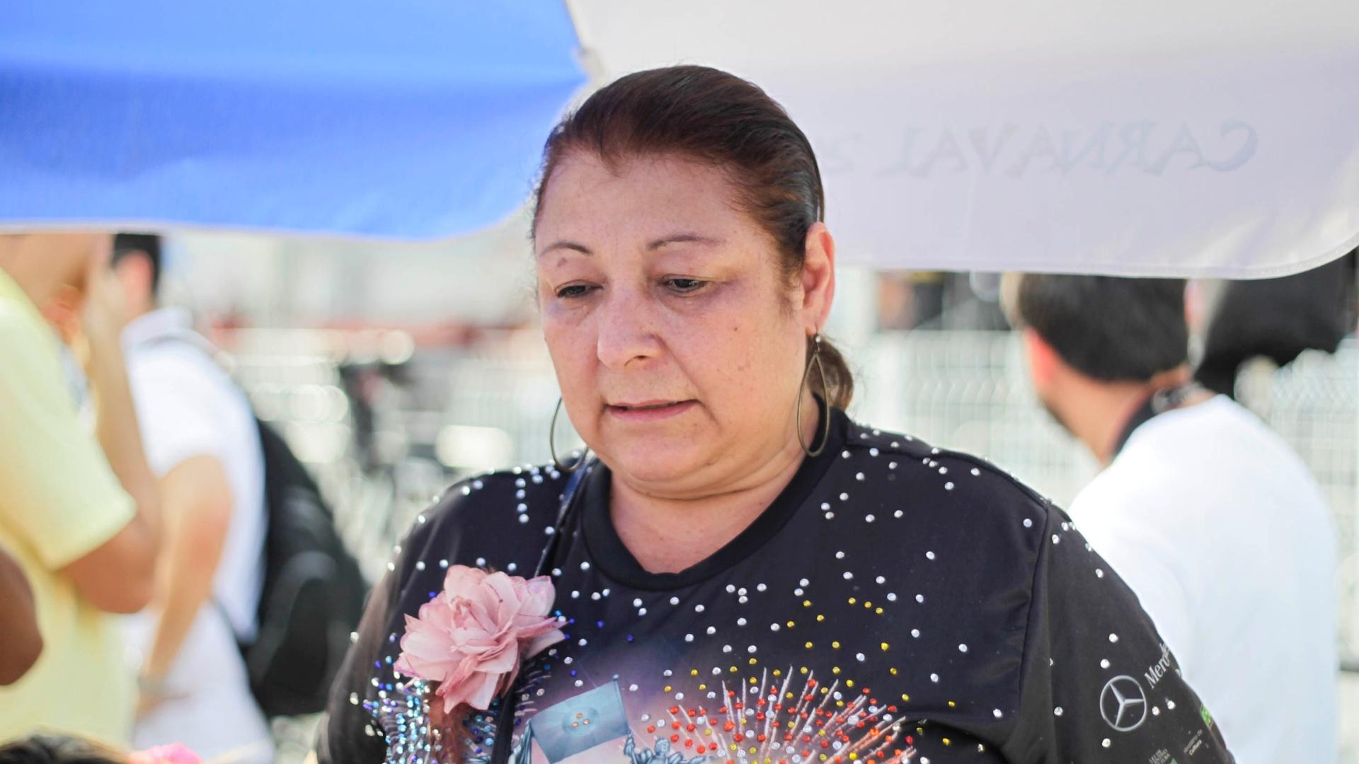 12.fev.2013 - No Anhembi, a presidente da Rosas de Ouro, Angelina Basílio, acompanha a apuração das notas do desfile
