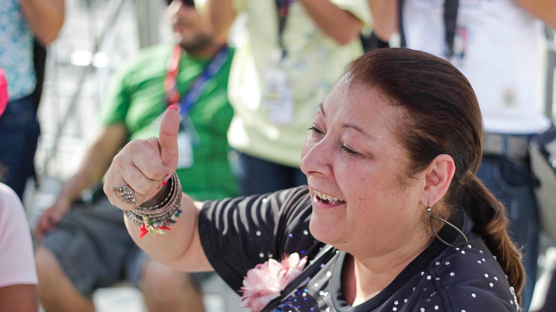12.fev.2013 - No Anhembi, a presidente da Rosas de Ouro, Angelina Basílio, acompanha a apuração dos desfiles