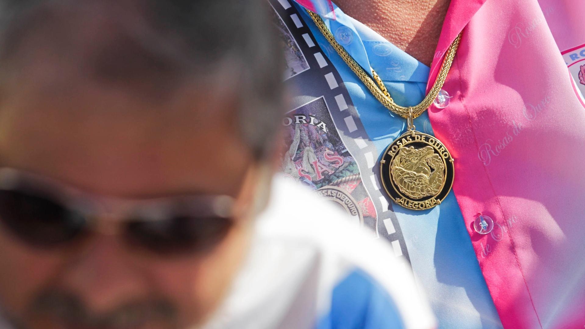 12.fev.2013 - No Anhembi, integrantes da Rosas de Ouro acompanham a apuração das notas dos desfiles do Carnaval 2013