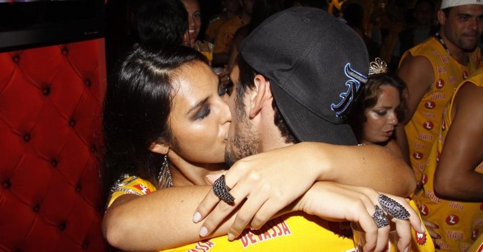 12.fev.2013 - O ator Bruno Gissoni troca beijos com Yanna Lavigne no camarote da Devassa
