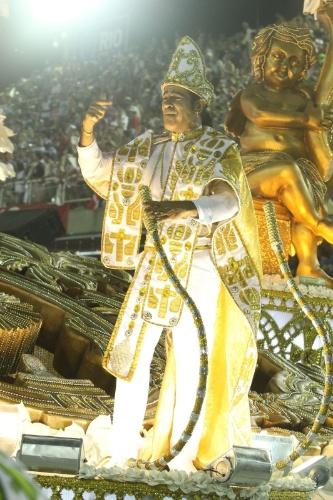 12.fev.2013 - O cantor Elymar Santos foi um dos destaques do último carro da Imperatriz Leopoldinense, que remetia à celebração do Círio de Nazaré