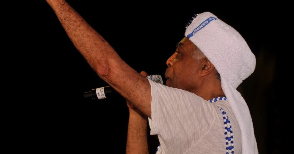 12.fev.2013 - O cantor Gilberto Gil canta em frente ao trio elétrico de Cláudia Leitte durante o Carnaval de Salvador.