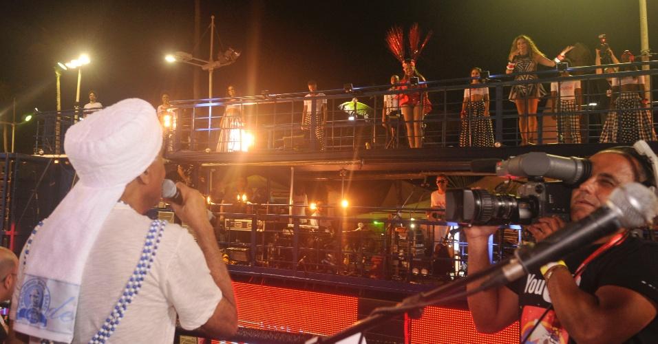 12.fev.2013 - O cantor Gilberto Gil canta em frente ao trio elétrico de Daniela Mercury e Gaby Amarantos durante o Carnaval de Salvador.