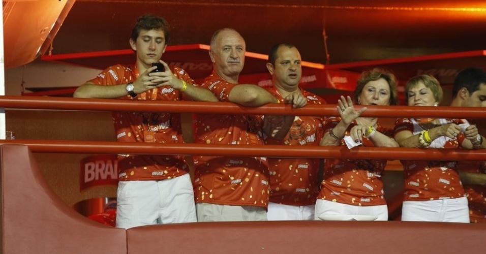 12.fev.2013 - O técnico Luiz Felipe Scolari assiste aos desfiles na Sapucaí ao lado da família