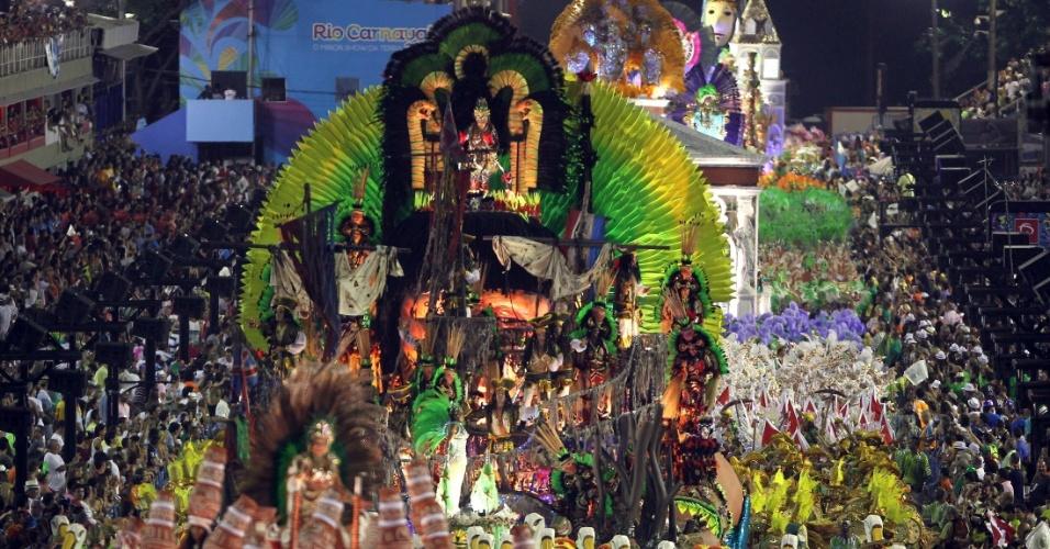"12.fev.2013 - O terceiro carro da Imperatriz Leopoldinense, ""O Karaíba encontra o místico solo sagrado"", teve a atriz Dira Paes como principal destaque"