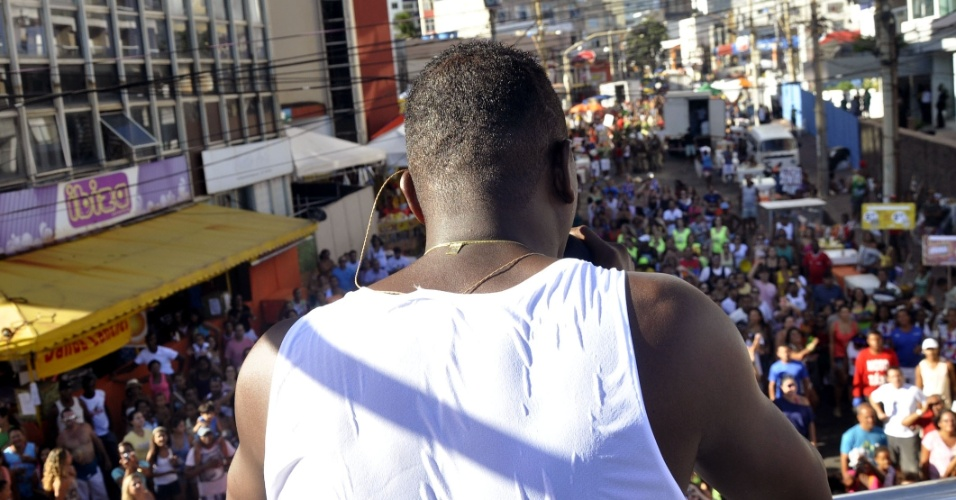 12.fev.2013 - O vocalista Tatau volta a comandar o grupo Ara Ketu no carnaval da Bahia após breve perído de carreira solo; show do grupo abriu a programação do dia no circuito Barra-Ondina