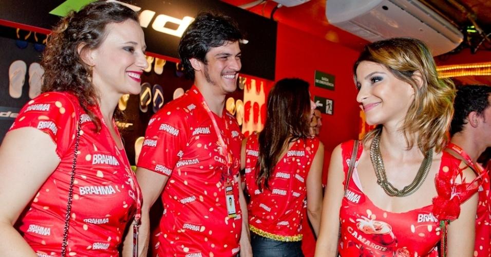 12.fev.2013 - Paula Braun, Matheus Solano e Gisele Batista em camarote