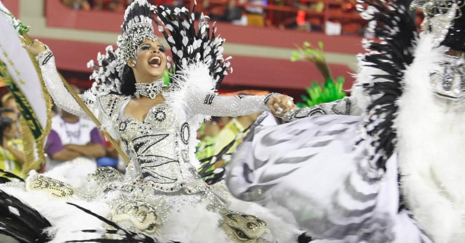12.fev.2013 - Porta-bandeira da Imperatriz Leopoldinense gira e sorri alegremente na Sapucaí, Rio de Janeiro. Escola contou a história do estado do Pará