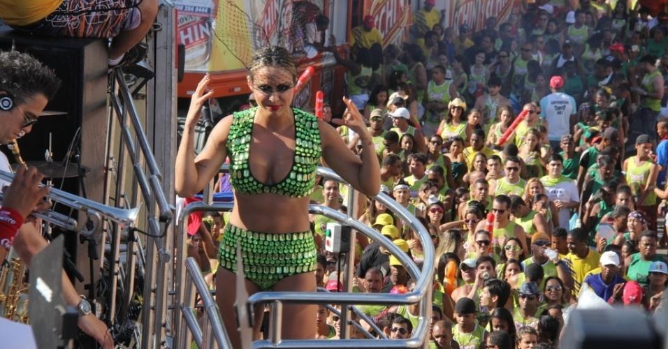 12.fev.2013 - Público acompanha o show do grupo Cheiro de Amor no circuito Barra-Ondina