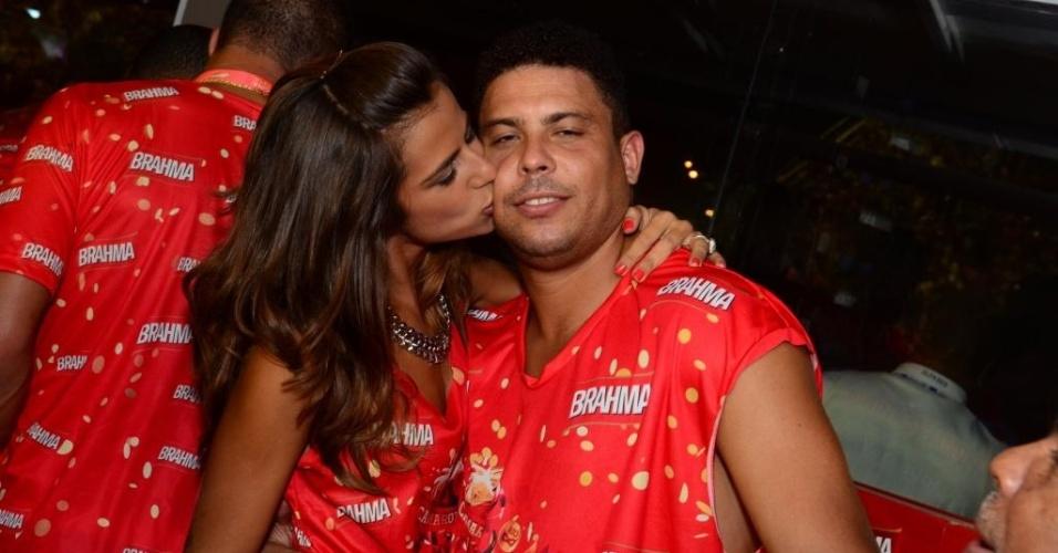 12.fev.2013 - Ronaldo ganha um beijo da namorada, a DJ Paula Morais