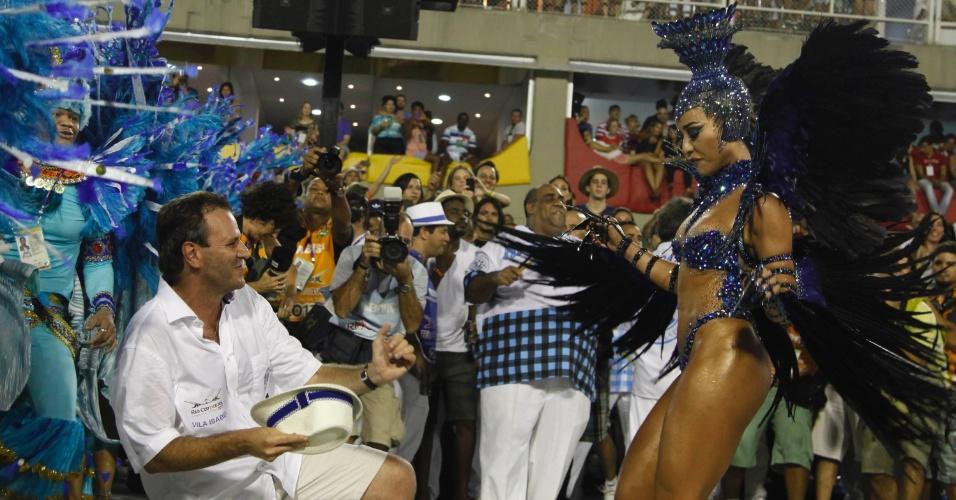 12.fev.2013 - Sabrina Sato, madrinha da Gaviões da Fiel há nove anos, desfila pela terceira vez como rainha da Vila Isabel