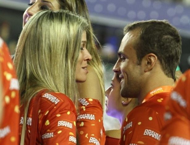 12.fev.2013  - Sem Deborah Secco, o ex-jogador Roger Flores conversa com loira no camarote da Brahma