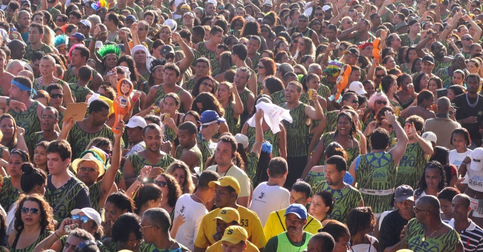 12.fev.2013 - Show do Ara Ketu abriu a programação de trios da terça de Carnaval no circuito Barra-Ondina