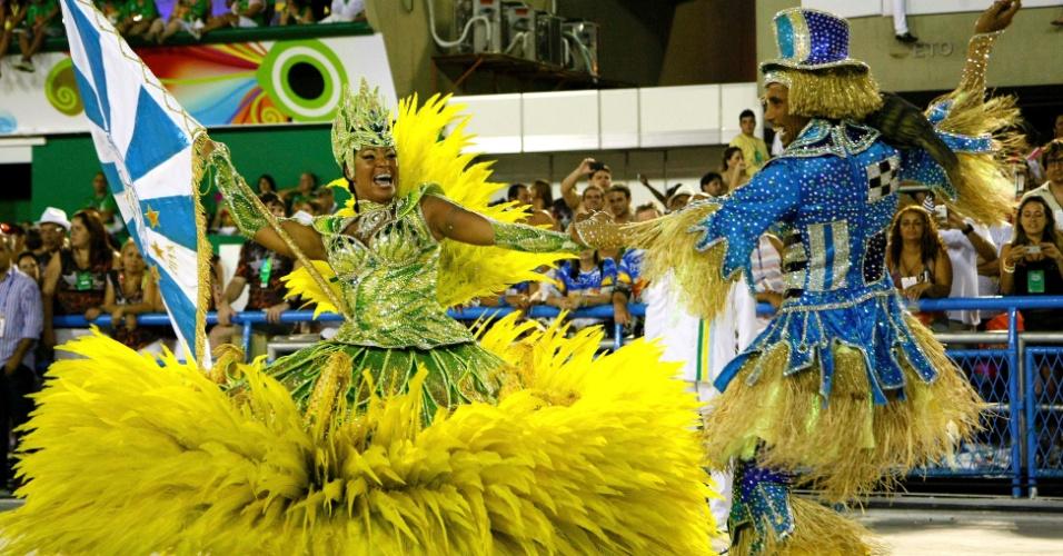 12.fev.2013 - Última escola a desfilar no Rio de Janeiro nesta terça (12), a Vila Isabel entrou otimista na avenida, após gritar por diversas vezes que já era campeã ainda na concentração