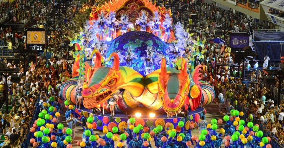 12.fev.2013 - Última escola a desfilar no Rio de Janeiro nesta terça (12), a Vila Isabel entrou otimista na avenida, após gritar por diversas vezes que já era campeã ainda na concentração e no fim do desfile
