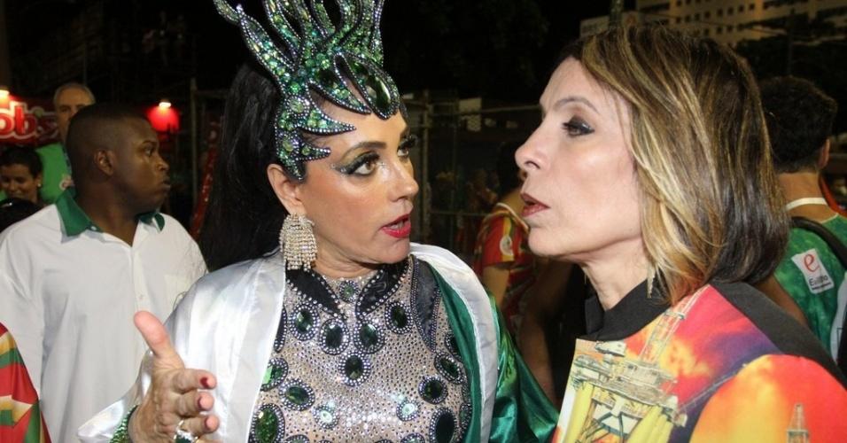 12.fev.2013- A atriz Christiane Torloni conversa com a promoter Liége Monteiro antes do desfile da Grande Rio