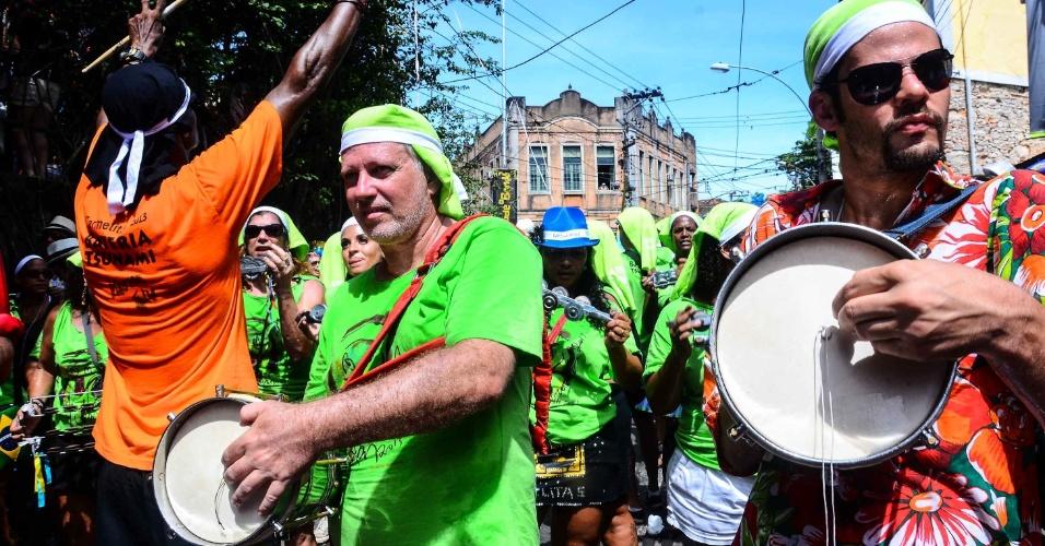 12.fev.2013- Homens tocam bateria no bloco das Carmelitas, em Santa Teresa, no Rio