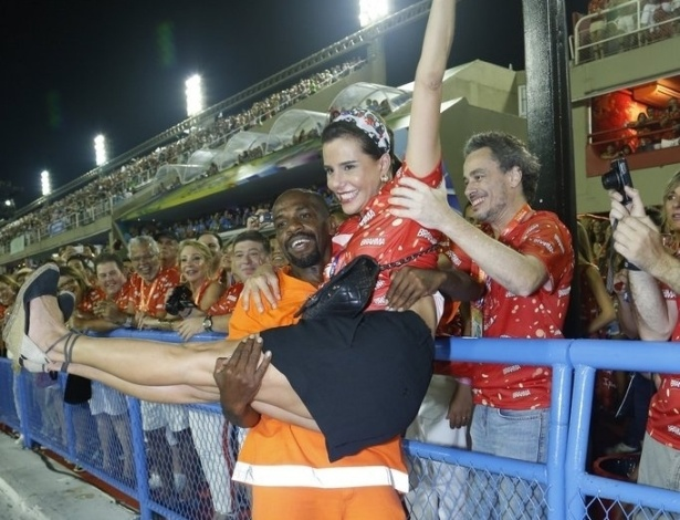 12.fev.2013- Narcisa Tamborindeguy é carregada pelo gari Sorriso, na frisa perto da avenida