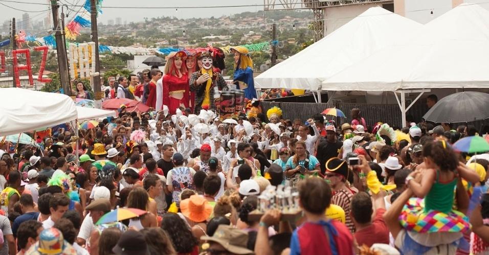 12.fev.2013 - Encontro dos Bonecos Gigantes acontece há 26 anos nas terças-feiras de Carnaval em Olinda; homenageado desta edição foi o cantor Veio Mangada, vivido pelo ator Walmir Chagas, que se apresentou pela manhã.