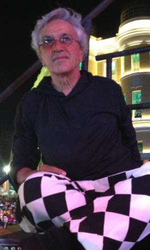 12.fev.2013 - Caetano Veloso observa os percussionistas do Trio Preto +1, que se apresentou com ele no último dia de Carnaval em Recife