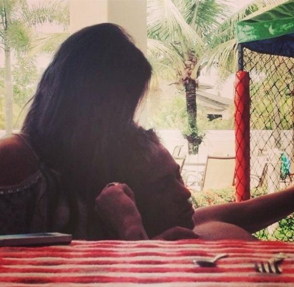 12.fev.2013 - A atriz Bruna Marquezine aparece em foto romântica ao lado do jogador de futebol Neymar. Os dois assumiram o namoro durante o Carnaval